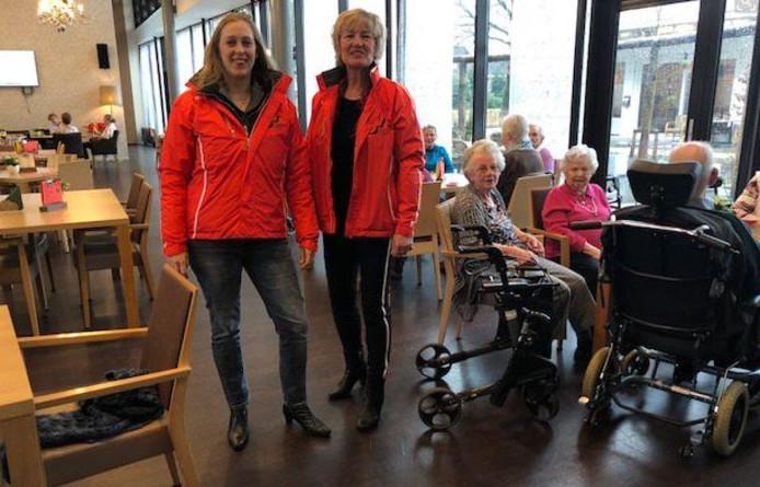 Lijsttrekker Anne Cristien Spekle en Bianca Taapken op campagne in het Moergestelse zorgcentrum Stanislaus.