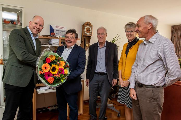 Wethouder Varekamp komt in de Venenwijk zijn licht opsteken over de eerste energiecoöperatie in Westland.
