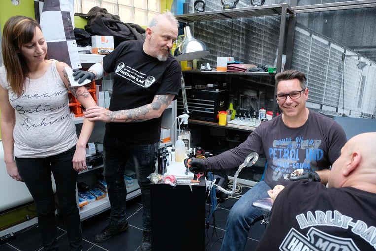 Tatoeëerders Marc Willems en Eddy Verpuylt aan het werk.