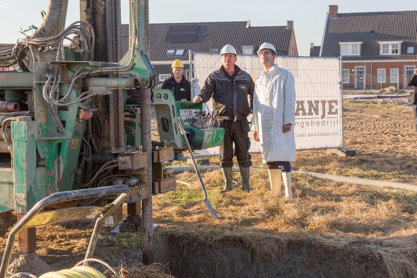 Wethouder Derk Alssema (witte jas) boorde gisteren symbolisch de eerste bron voor een aardwarmtepomp voor de nieuwe fase van de wijk Aria in Goes.