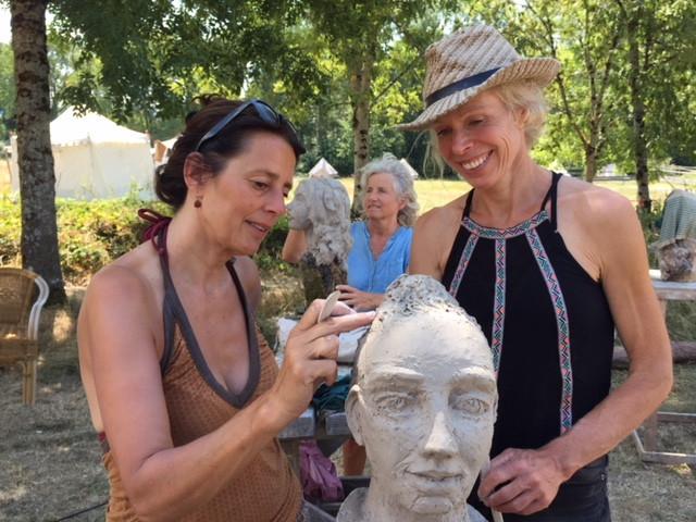 Carla Rump (rechts) geeft les beeldhouwen