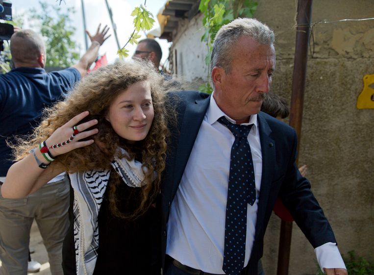 Ahed Tamimi zondag met haar vader in Nabi Saleh. Beeld AP