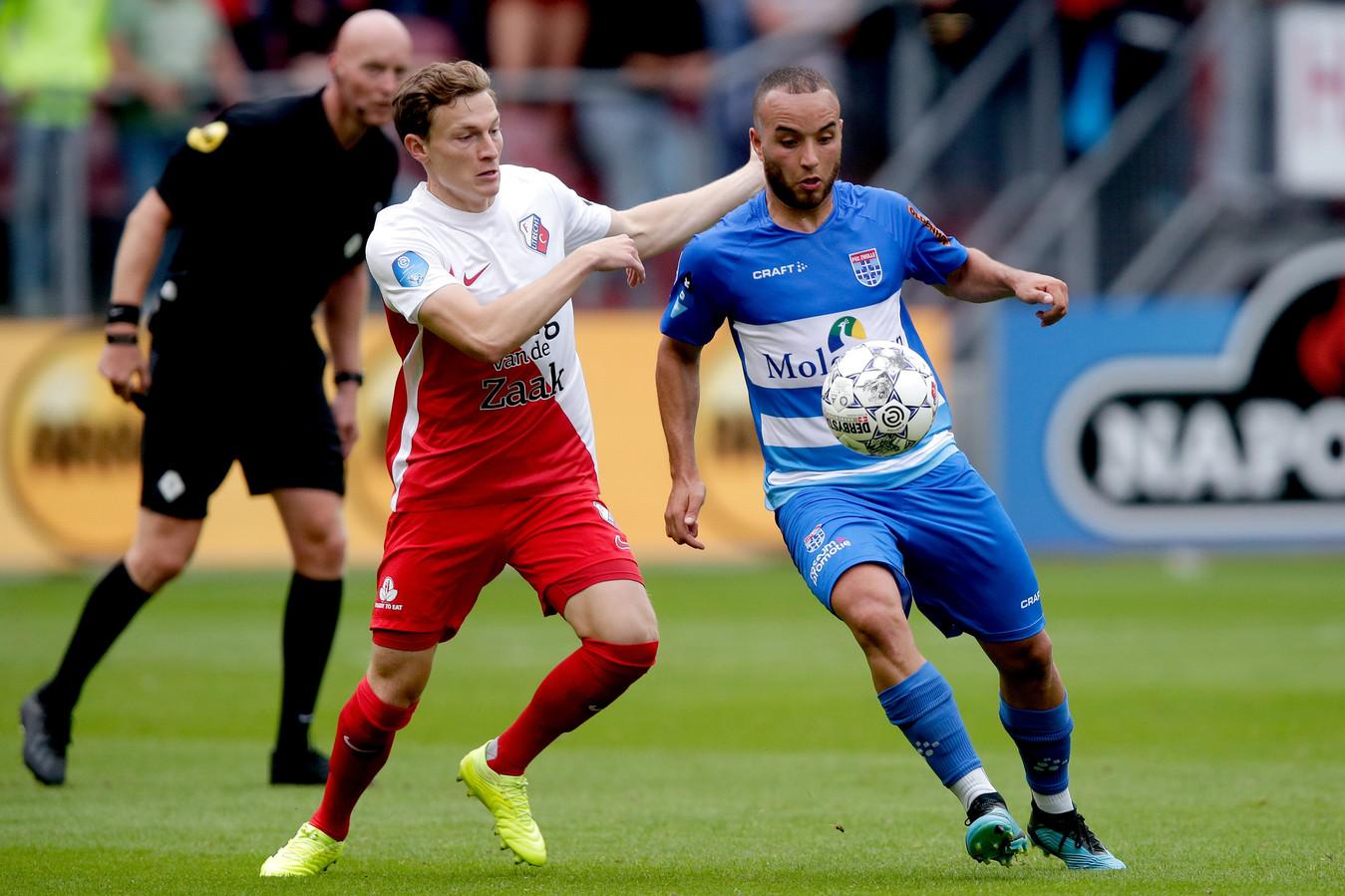 Rico Strieder in augustus 2019 in duel met Iliass Bel Hassani. Met Utrecht won de Duitser als invaller met 3-1 van PEC Zwolle, de club waar hij 5 maanden later op huurbasis aansloot.