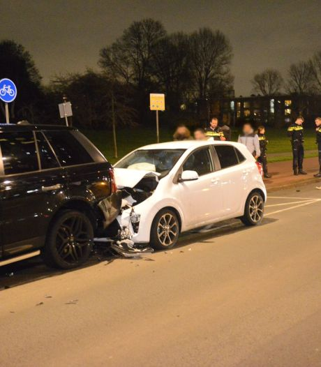 Automobilist knalt tegen geparkeerde auto op Loevesteinlaan