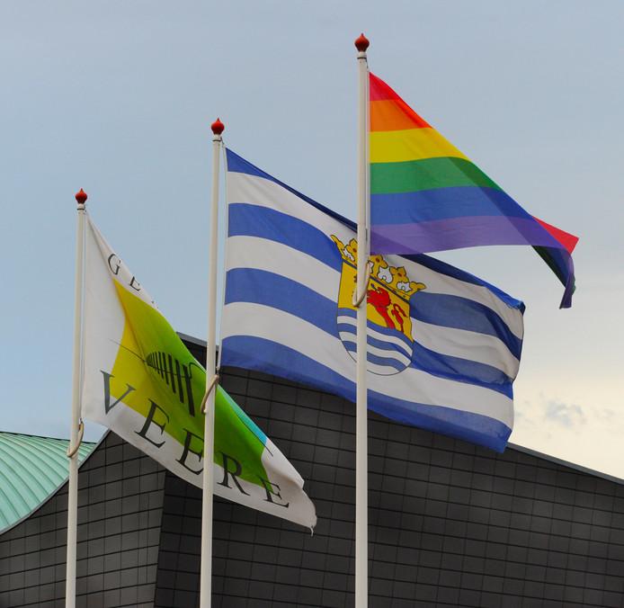 Regenboogvlag op het gemeentehuis van Veere in Domburg