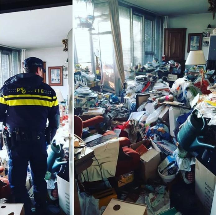 De agent in de ernstig vervuilde woning.