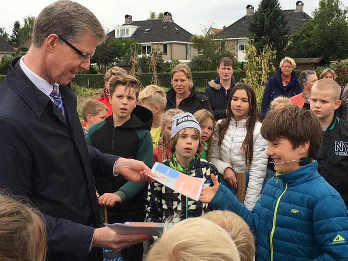 Wethouder Filip van As reikt diploma's uit aan de kinderen in de jeugdtuin in Zwolle-Zuid