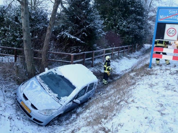 Auto glijdt in Sint-Michielsgestel de greppel in door gladheid