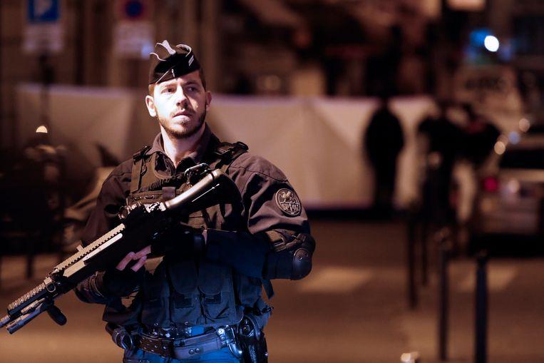 Een Franse agent bij de plaats waar een man vorige week meerdere mensen met een mes te lijf ging in Parijs.