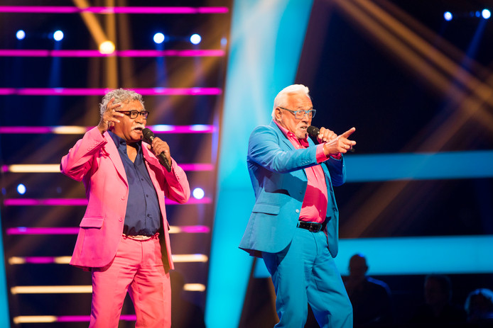 Mick (68) en Henk (71) tijdens hun optreden bij The Voice Senior