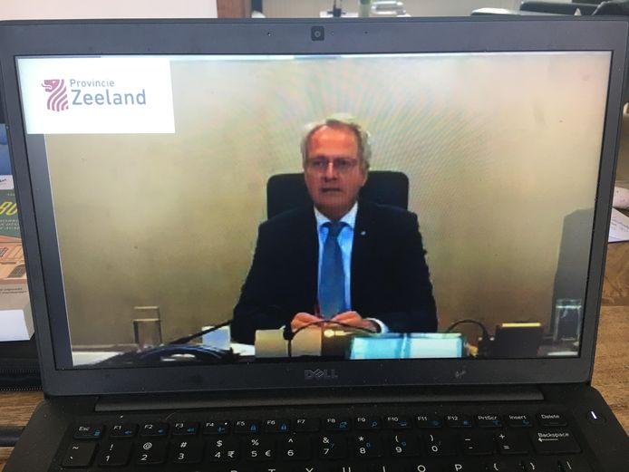 Commissaris van de koning Han Polman zit de eerste online Statenvergadering ooit voor. Alleen hij en de gedeputeerden zaten in de Statenzaal.