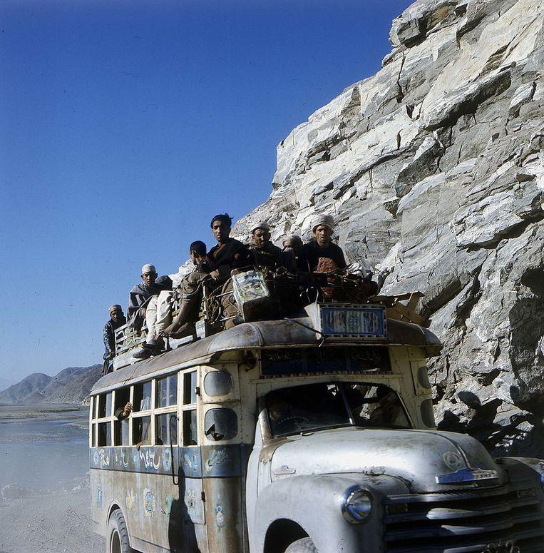 Een bus in Afghanistan, rond 1970.  Beeld Getty Images