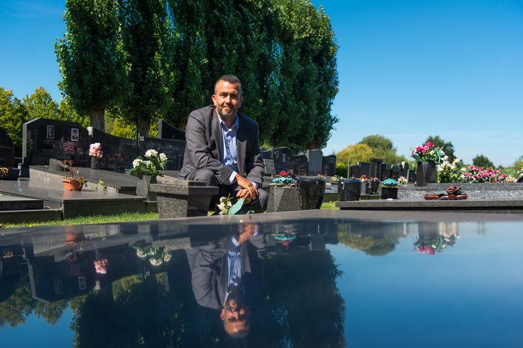 Hamid Riffi op de stedelijke begraafplaats waar een kerkhof voor moslims komt.