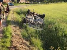 Auto raakt van weg en belandt op de kop in sloot in Lunteren, bestuurder naar ziekenhuis