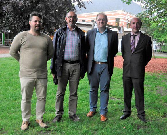 V.l.n.r.: schepenen Tom Caluwaerts (N-VA), Walter Troch (Open Vld), burgemeester Tom De Vries (Open Vld) en schepen Eddy Soetewey (N-VA) op de schoolsite.