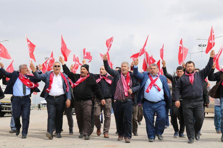 Een geënsceneerde optocht met mediaspektakel. Turkse vlaggen gaan omhoog, de camera loopt. 'Het vaderland kan niet sterven!'. Beeld RV