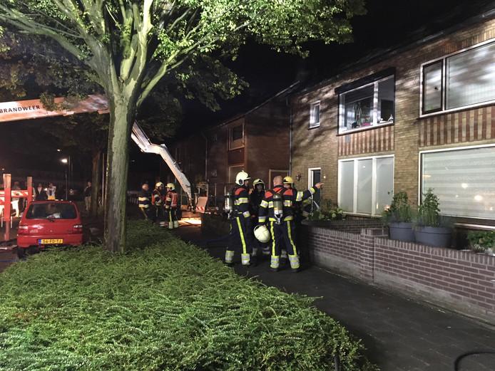 De brandweer controleert het getroffen woonblok aan de Orseleindstraat in Oss.