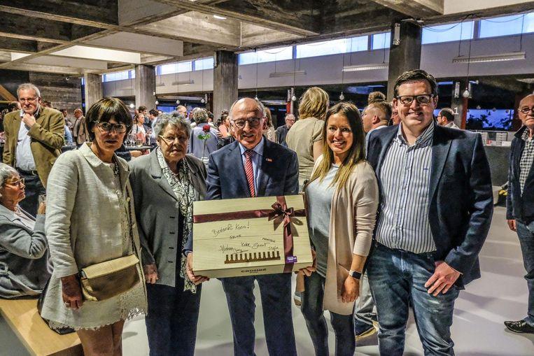 Schepen Koen Byttebier (61), hier op de foto met zijn vrouw en kinderen en zijn oma.