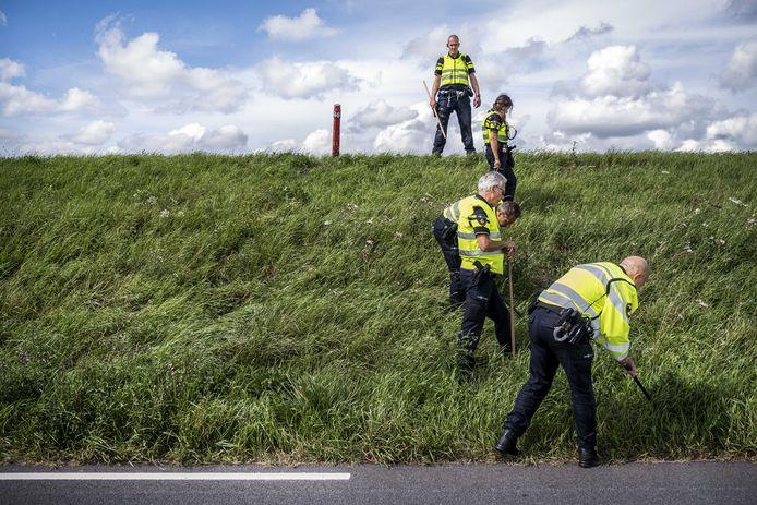 De politie doet onderzoek in de berm op de plek waar een meisje van 14 jaar uit Marken is gevonden langs de dijk tussen Monnickendam en Marken.