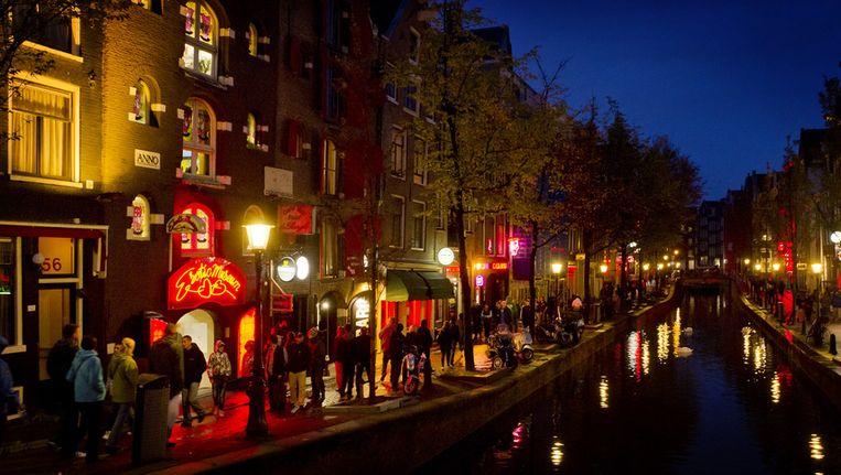 De wet Bibob lijkt het wondermiddel tegen de verwevenheid van onder- en bovenwereld. De bedrijven op wallen in Amsterdam worden langzamerhand opgedoekt. Beeld ANP