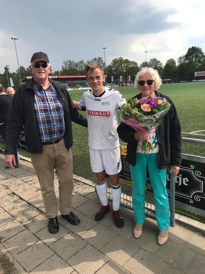Aanvoerder Bas Peters bedankte het echtpaar Lammers met een bloemetje voor hun trouwe ondersteuning.