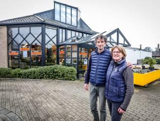 """Johan (59) en Caroline (52) stoppen bekende bloemenwinkel en gaan eerste Jabbeekse wijn maken: """"Het hele gezin duikt mee in het avontuur"""""""