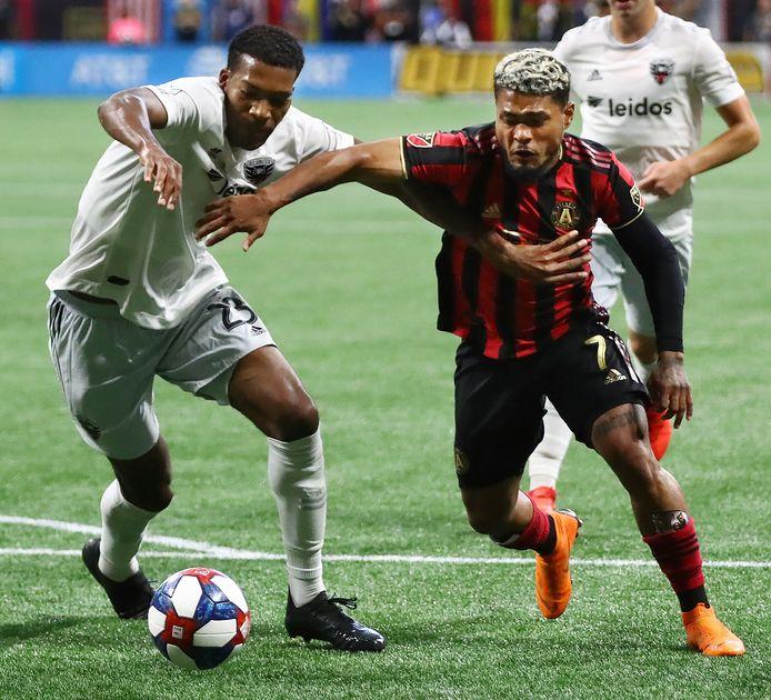 Josef Martinez glipt voorbij DC United-verdediger Donovan Pines.
