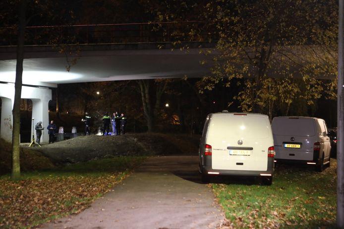Politie doet onderzoek aan de Parallelweg in Oirschot na vinden lijk.