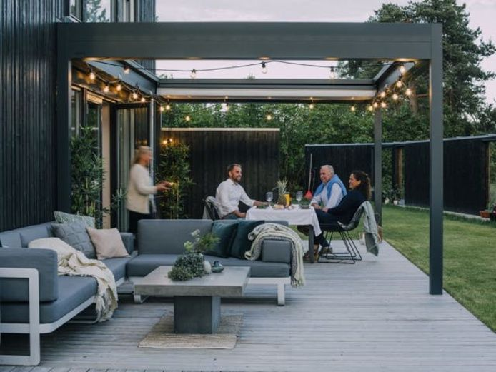 Votre terrasse doit aussi être résistante. Songez aux possibles taches de graisse et verres de vin renversés.