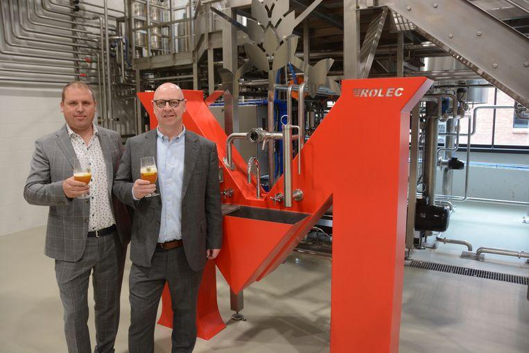 Kristof de Roo en Stefaan Soetemans klinken op de opening van de nieuwe brouwerij.