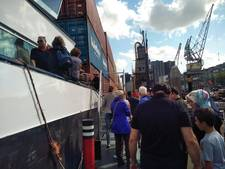Groot containerschip naast Maritiem Museum trekt veel bezoekers