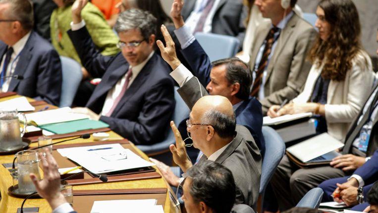 De Japanse VN-ambassadeur Koro Bessho stemt voor de nieuwe sancties tegen Noord-Korea.
