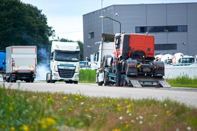 Geparkeerde trucks aan de Corridor in Veghel zorgen geregeld voor overlast en gevaarlijke situaties.