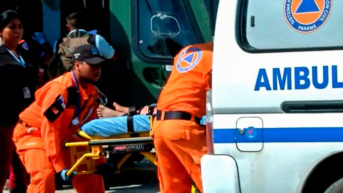 Eén van de gewonden wordt naar het ziekenhuis gebracht in Panama.