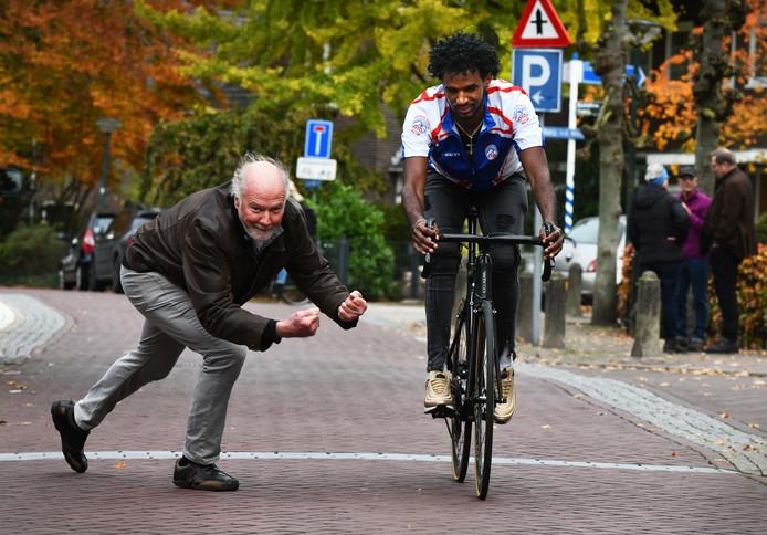 Dankzij een gift kon Ambesagr Geberehiwat een nieuwe fiets aanschaffen.