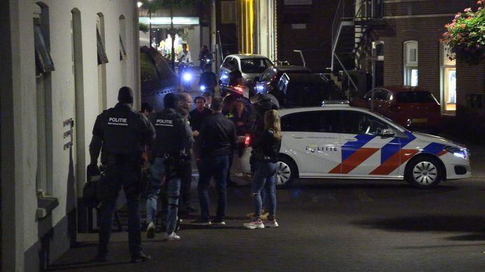 Een arrestatieteam van de politie is donderdagavond een bovenwoning in het centrum van Aalten binnengevallen. De agenten hebben de bewoners aangehouden.