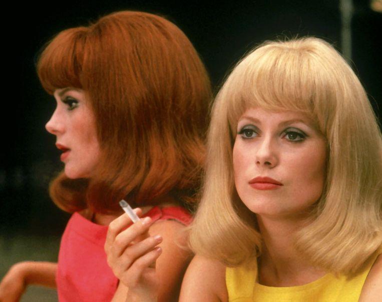 Catherine Deneuve (rechts) en haar zus Françoise Dorléac in Les demoiselles de Rochefort (1967) van Jacques Demy. Beeld Ciné Tamaris / Schirmer/Mosel