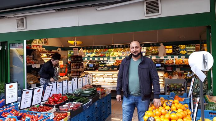 Ugur Avci,  vanaf 1 juni de nieuwe eigenaar van de groentezaak, wil de formule behouden.