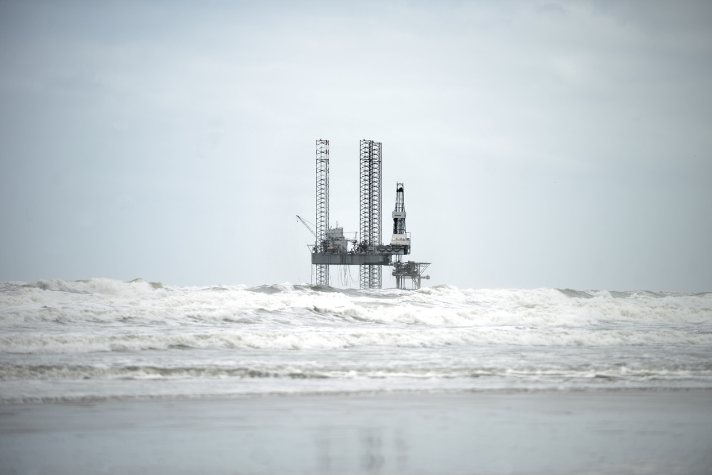Een gasboorplatform in de Noordzee, vlak bij de kust van Ameland. Beeld Joost van den Broek