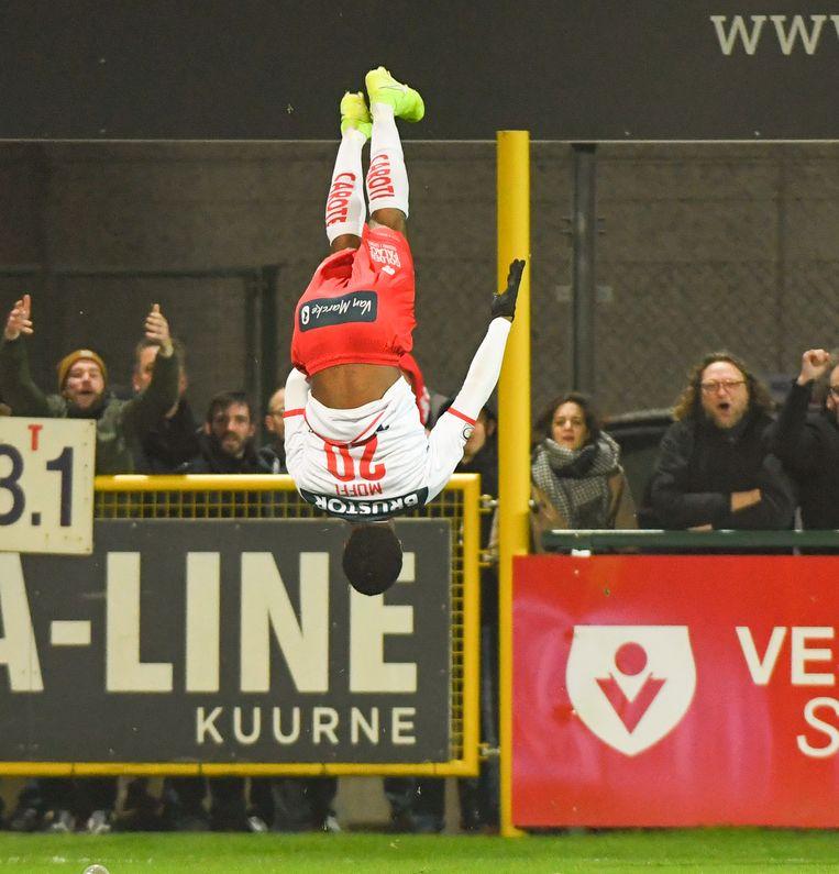 Terem Moffi viert zijn treffer op acrobatische wijze.
