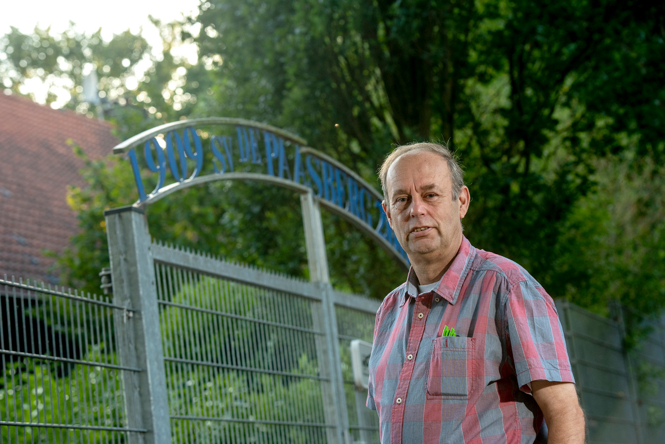 Adrie van der Beek, bestuurslid van Arnhemse amateurclub De Paasberg en arbiter.