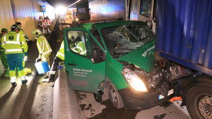 Ravage in Beverentunnel na botsing tussen vrachtwagens en bestelwagen
