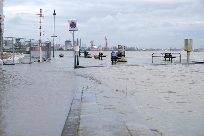 Veel ondergelopen vandaag in Rotterdam, Schiedam en, zoals hier op de foto, Vlaardingen.