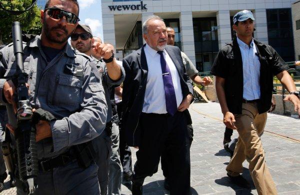 Israëlische minister van Defensie Lieberman treedt af uit onvrede met bestand in Gaza
