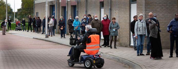 Culemborgers staan in de rij voor het halen van de griepprik