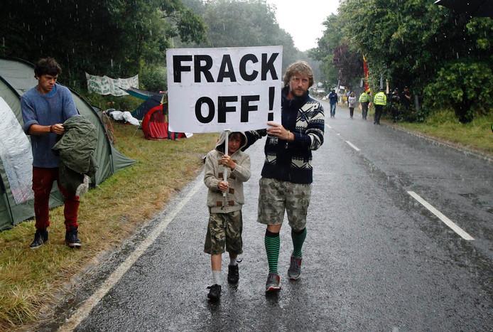 Protesten tegen het boren naar schaliegas met behulp van fracking zijn wereldwijd, zoals hier in Engeland.