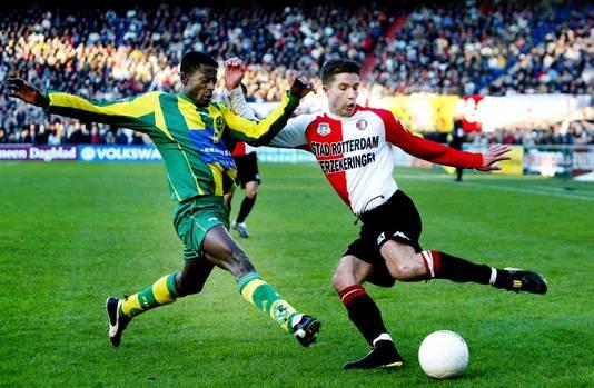 Robin van Persie kapt Kofi Mensah (ADO Den Haag) uit als speler van Feyenoord.