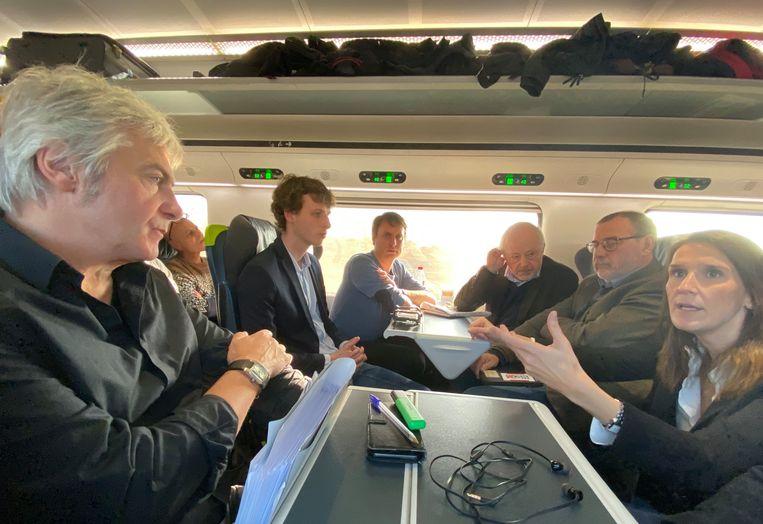 Premier Wilmès spreekt met journalisten in de Eurostar naar Londen.