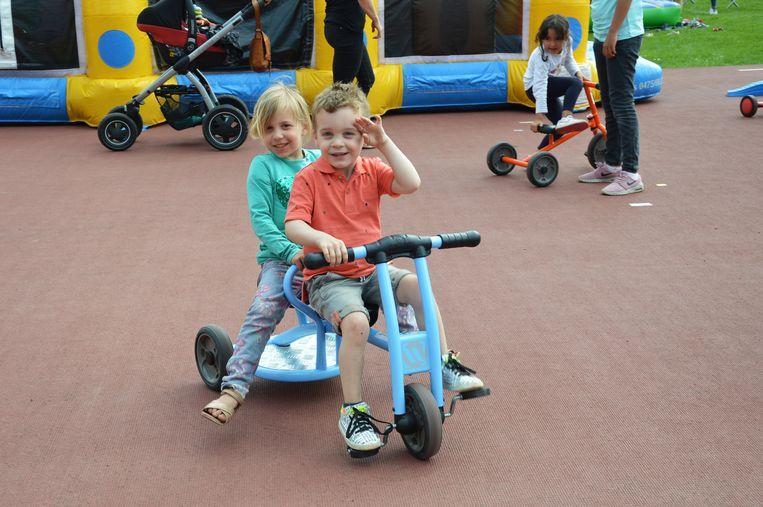 De kinderen konden onder meer met allerlei fietsjes rijden op de atletiekpiste.