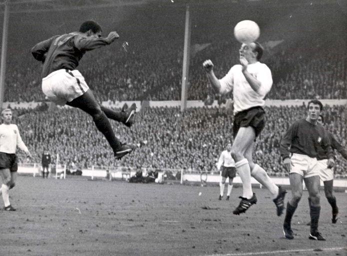 Nobby Stiles in actie tegen Portugal in de halve finale van het WK 1966 op Wembley.